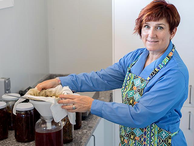 Montse en el laboratorio de elaboración de jabón