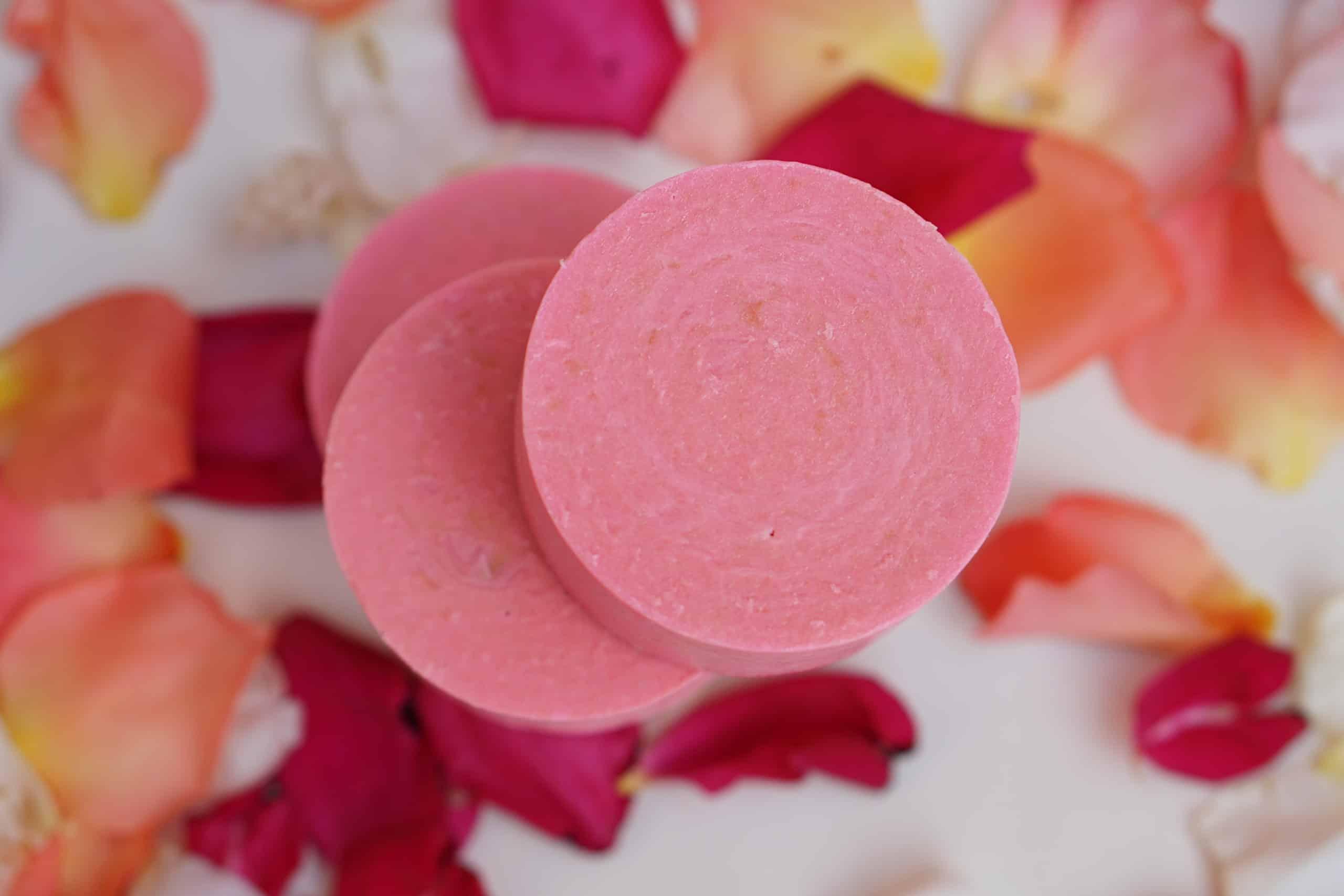 Jabón artesano con petalos de rosa
